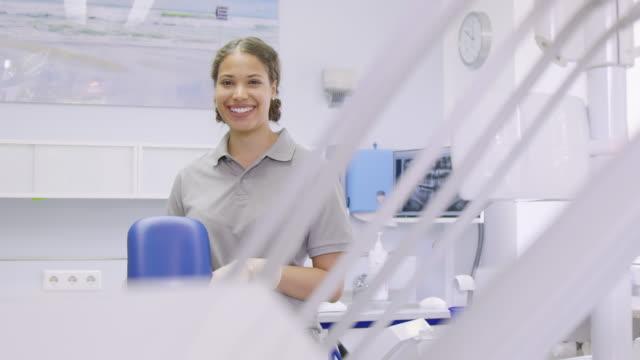 vídeos de stock, filmes e b-roll de retrato da enfermeira dental fêmea nova confiável - sorriso aberto