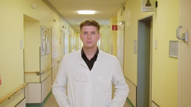 vídeos y material grabado en eventos de stock de retrato de un joven médico confiado - uniforme