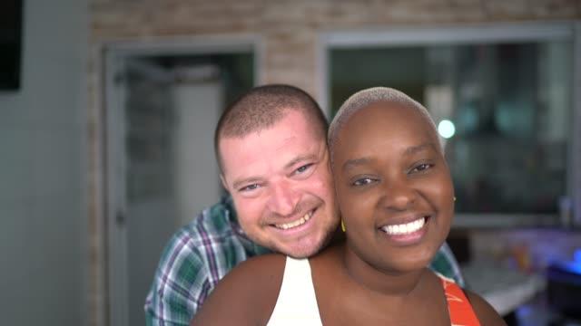 vidéos et rushes de verticale de couples souriant à l'intérieur de la maison - couple marié