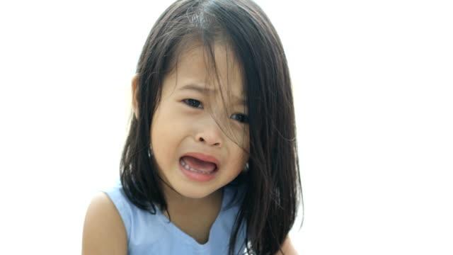 vídeos de stock, filmes e b-roll de retrato de menina pouco asiática em casa a chorar - bebês meninas