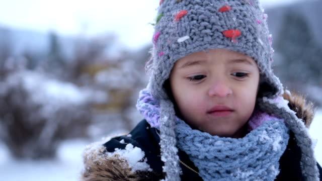 Porträt von netten Mädchen im Schnee