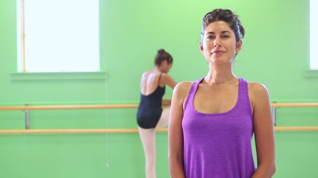 stockvideo's en b-roll-footage met ms portrait of dance teacher / santa fe, new mexico, united states - gympak