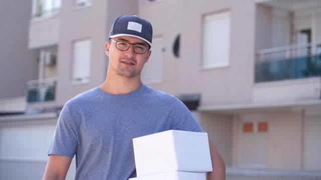 vídeos y material grabado en eventos de stock de retrato del trabajador entrega - paquete