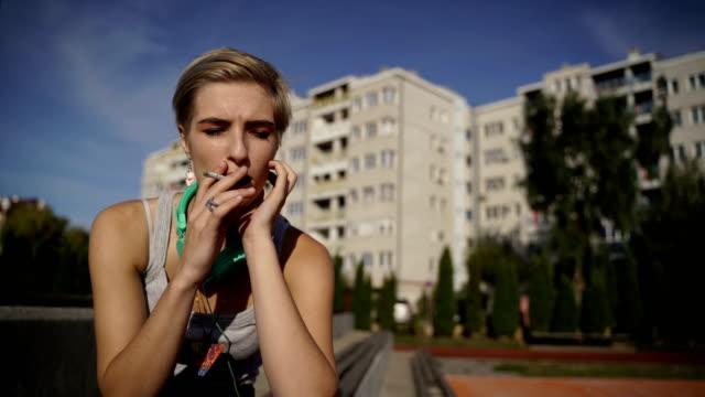 vídeos de stock, filmes e b-roll de retrato do adolescente deprimido que senta-se na escadaria, e cigarros do fumo - só uma adolescente menina