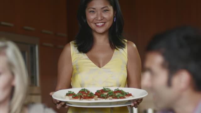 vídeos y material grabado en eventos de stock de ms portrait of dinner party hostess holding tray of appetizers / bellevue, washington, usa - anfitriona de la fiesta