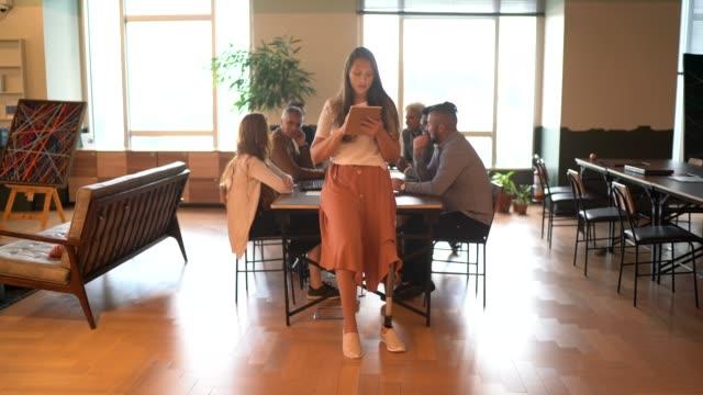 porträtt av funktionshindrade amputerade ledare affärskvinna med digital tablett vid konferensbordet - personer med funktionsnedsättning bildbanksvideor och videomaterial från bakom kulisserna
