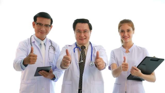 vidéos et rushes de portrait du médecin et une infirmière dans l'expression du visage, de fierté et de réussite - trois personnes