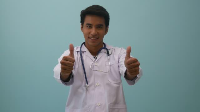 表情、良い兆候で医師の肖像画 - 親指を立てる点の映像素材/bロール
