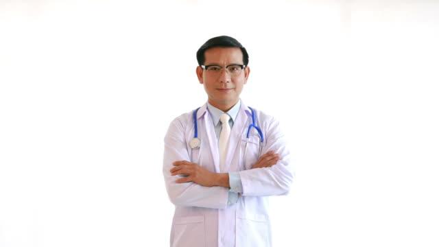 vídeos de stock, filmes e b-roll de retrato de médico na expressão do rosto - fundo branco