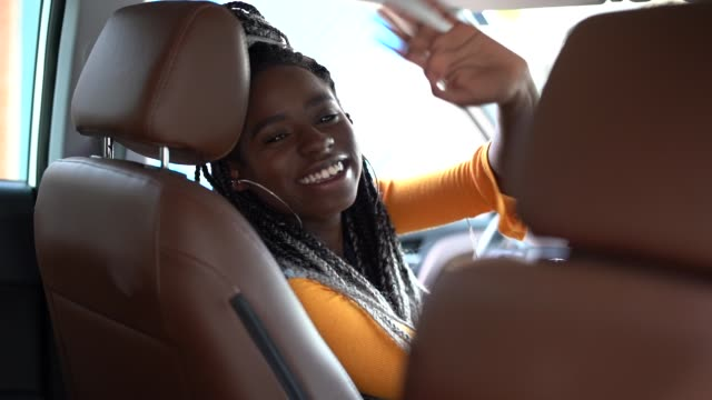 vídeos y material grabado en eventos de stock de retrato del conductor diciendo hola/adiós a su pasajero - taxista