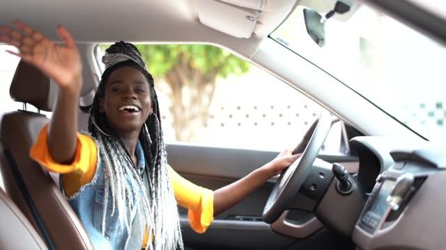 vídeos y material grabado en eventos de stock de retrato del conductor diciendo hola/adiós a su pasajero - saludar con la mano
