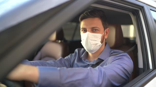 vídeos y material grabado en eventos de stock de retrato del conductor con máscara médica protectora - taxista
