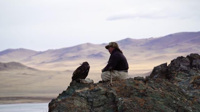 vidéos et rushes de verticale de chasseur d'aigle en mongolie - mongolie indépendante