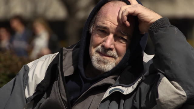vídeos de stock, filmes e b-roll de retrato de homem envelhecido economicamente-cu - banco assento
