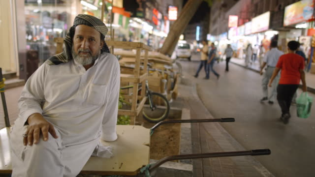 portrait of elderly middle eastern/indian man - deira, dubai - vereinigte arabische emirate stock-videos und b-roll-filmmaterial