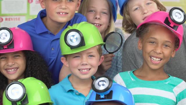 小学生の肖像 - ヘッドランプ点の映像素材/bロール