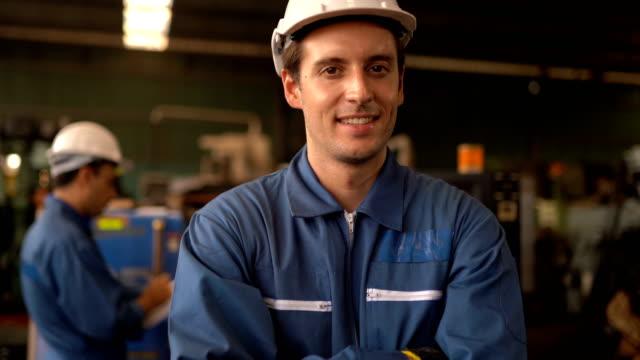 stockvideo's en b-roll-footage met portret van het stellen van de ingenieurmens - bouwplaats