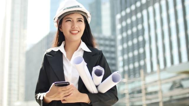 建設現場のエンジニアの女性の肖像画 - 工事点の映像素材/bロール