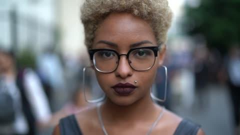 vídeos de stock e filmes b-roll de portrait of fashionable woman at city - young women