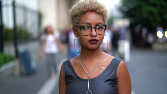 vídeos de stock e filmes b-roll de portrait of fashionable woman at city - afro