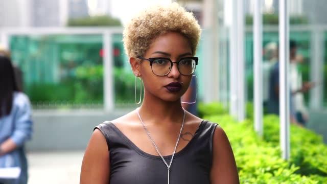 vídeos de stock, filmes e b-roll de retrato de uma mulher elegante na cidade - cabelo encaracolado