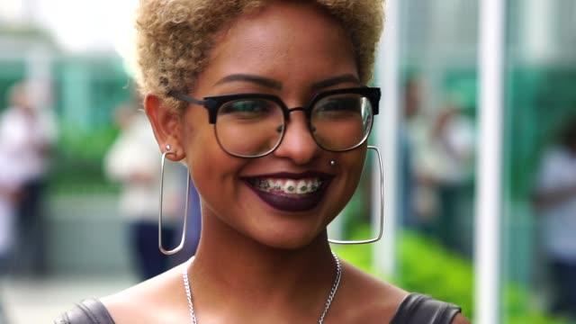 vídeos de stock, filmes e b-roll de retrato de uma mulher elegante na cidade - brace