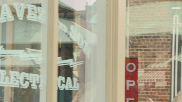 stockvideo's en b-roll-footage met cu, td, portrait of father and adult son small business owners standing in front of shop, richmond, virginia, usa - virginia amerikaanse staat