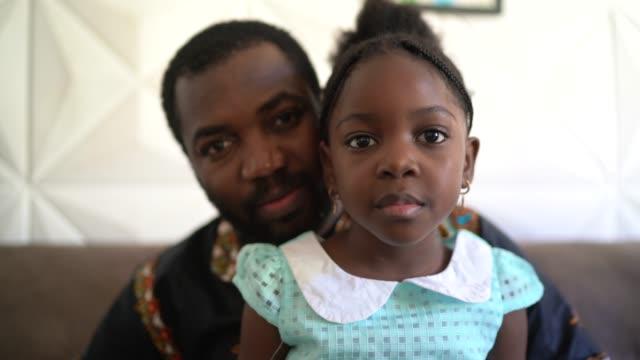 父親和女兒在家的肖像 - 認真的 個影片檔及 b 捲影像
