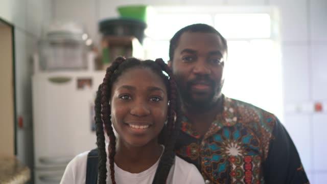 stockvideo's en b-roll-footage met portret van vader en dochter thuis - dochter