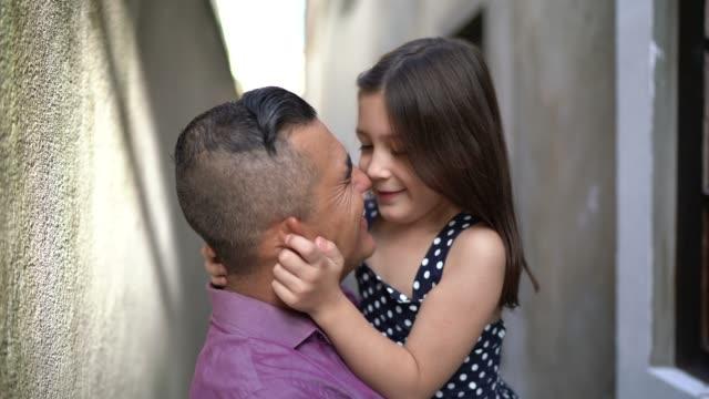 vídeos de stock, filmes e b-roll de retrato de pai e filha abraçados em casa - 40 44 anos
