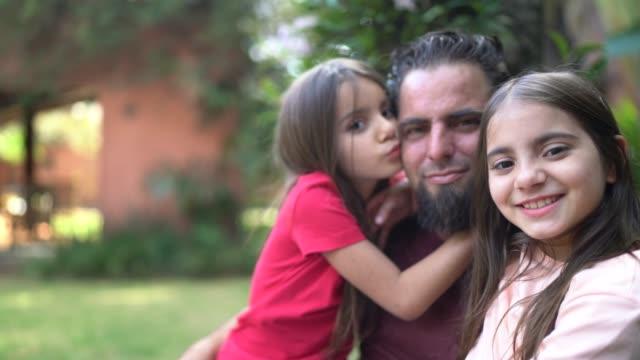 vídeos y material grabado en eventos de stock de retrato de padre e hijas en el fondo de la casa - padre soltero
