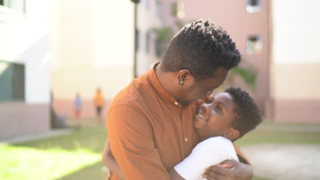 vídeos de stock, filmes e b-roll de retrato de pai e filho abraçando - simplicidade