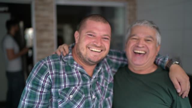 stockvideo's en b-roll-footage met portret van vader en zoon /vriendschap die omhelzen - zoon