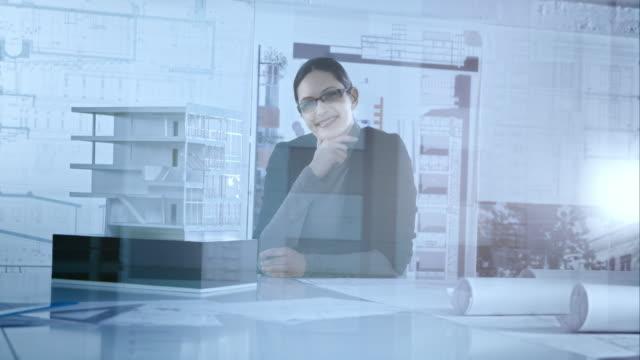 vídeos de stock, filmes e b-roll de retrato de mulher arquiteto com o seu escritório parede de vidro, - plano descrição geral