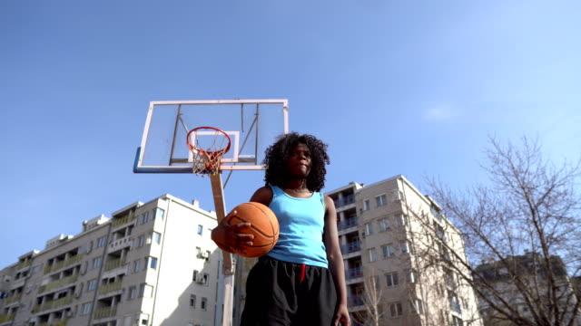 vidéos et rushes de verticale de joueur féminin de basket-ball - hitting