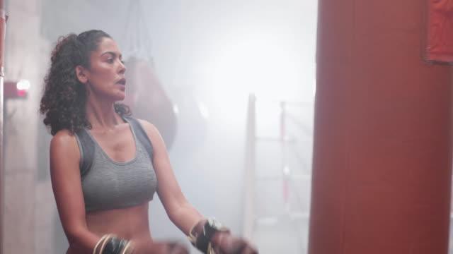 vidéos et rushes de portrait of female boxer - musclé