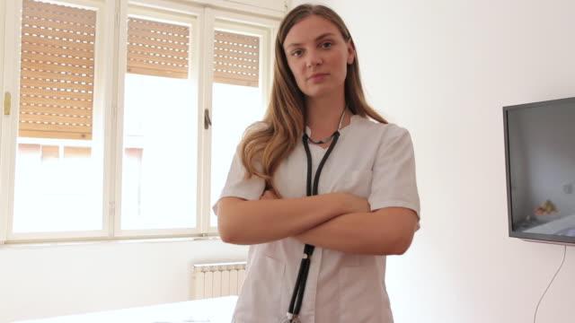 老人ホームの女性医師の肖像 - 往診点の映像素材/bロール