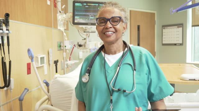 stockvideo's en b-roll-footage met portrait of female doctor in hospital room - chirurg