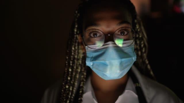 porträt der ärztin mit gesichtsmaske - verantwortung stock-videos und b-roll-filmmaterial