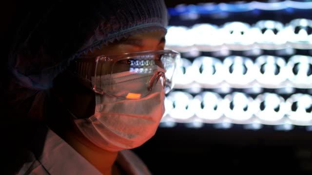 vídeos y material grabado en eventos de stock de retrato de la doctora con máscara y gafas buscando imagen de rayos x, china. - gafas panoramicas