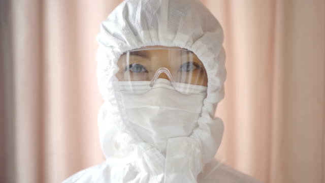 vídeos de stock e filmes b-roll de cu portrait of female doctor with mask and goggles,china. - óculos de proteção