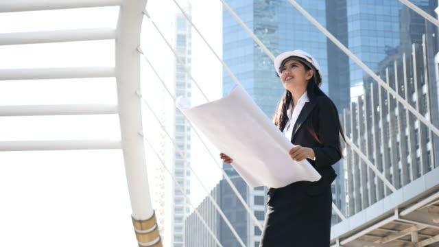 Portret van vrouwelijke ingenieur met Contruction plan