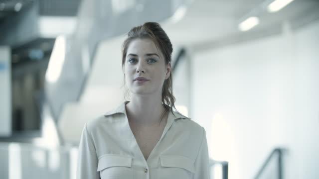 portrait of female executive - treppe stock-videos und b-roll-filmmaterial