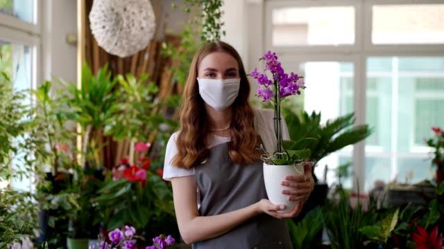 porträt der floristin - nur junge frauen stock-videos und b-roll-filmmaterial
