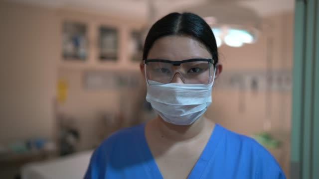 vídeos y material grabado en eventos de stock de retrato de una trabajadora sanitaria en el quirófano del hospital - ayudante