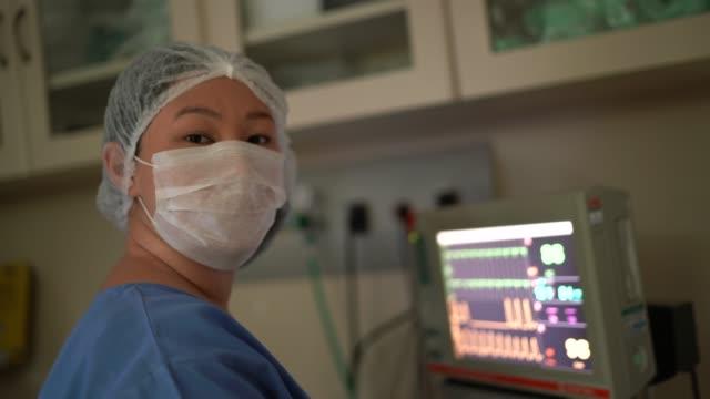 vídeos de stock, filmes e b-roll de retrato de funcionária de saúde em sala de cirurgia no hospital - operating