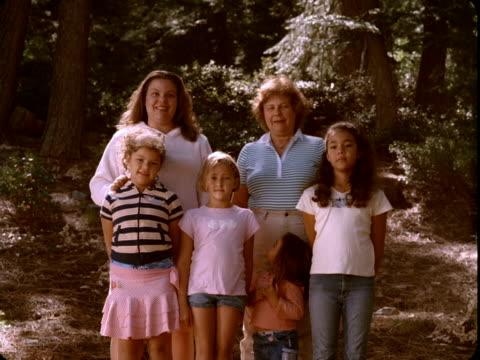 vidéos et rushes de ms, portrait of female members of three generations family with four girls (4-5, 6-7, 10-11) in woods, reno, nevada, usa - famille avec quatre enfants