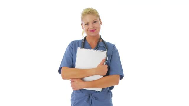 portrait of female nurse holding clipboard - haarnetz stock-videos und b-roll-filmmaterial