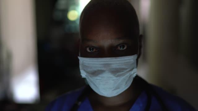vídeos de stock e filmes b-roll de portrait of female nurse with face mask - confiabilidade