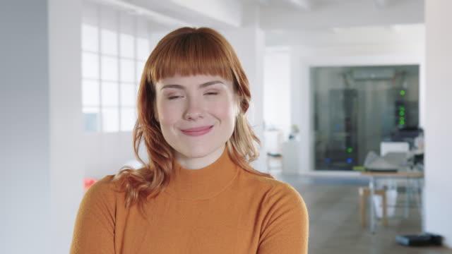 stockvideo's en b-roll-footage met portret van vrouwelijke professional - formeel portret